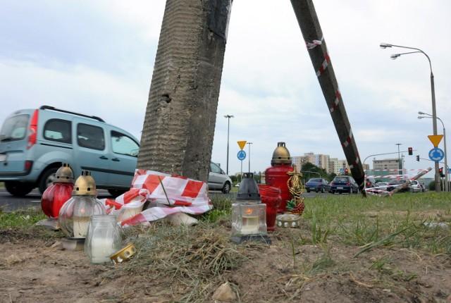 W miejscu tragicznego wypadku stoją znicze