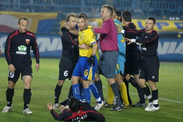 W jesiennym meczu w Gdyni, piłkarze Arki i Polonii momentami nie panowali nad nerwami. Dziś emocje też są gwarantowane