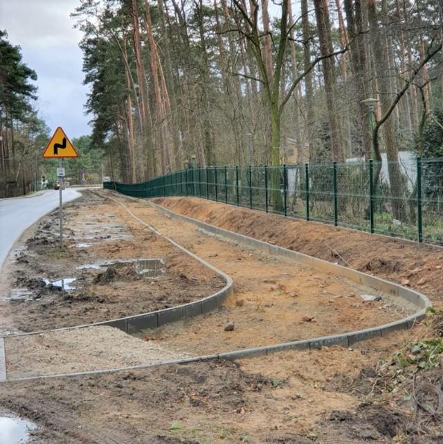 To fragment ścieżki budowanej w Samociążku. Pogoda tej zimy wykonawcy sprzyja