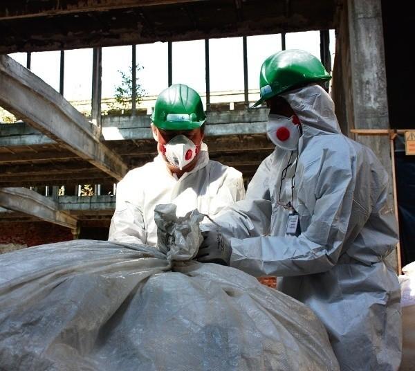 Elementy azbestowe trafiają do specjalnych worków