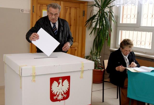 Po godzinie 4 rano w poniedziałek PKW podała wyniki głosowania z 35,18 proc. obwodów.