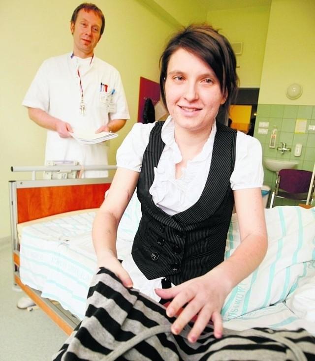 Angelika Kędzior z dr. Pawłem Chodubą jeszcze w szpitalu
