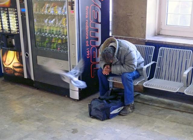 Bezdomni mogą przebywać na poznańskim Dworcu Zachodnim. Wolno im spać na krzesłach, ale nie na parapetach.