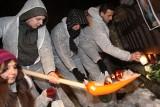"""Sopot: Młodzi aktywiści """"posprzątali"""" znicze sprzed kamienicy prezydenckiej"""