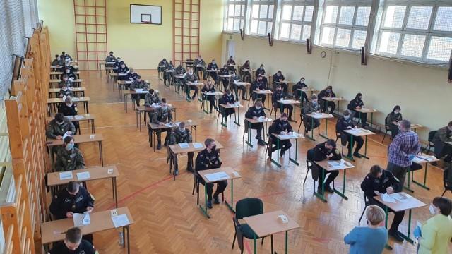 W III LO im. gen Andersa w środę 3 marca do próbnej matury przystąpiło 72 uczniów Zobacz kolejne zdjęcia/plansze. Przesuwaj zdjęcia w prawo - naciśnij strzałkę lub przycisk NASTĘPNE