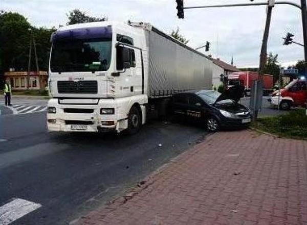 W środę rano w Rykach kierowca opla wyjeżdżając z drogi podporządkowanej zderzył się z samochodem ciężarowym