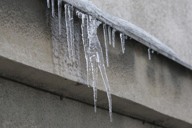 Śnieżne nawisy wręcz z każdą minutą stają się coraz  bardziej niebezpieczne dla przechodniów