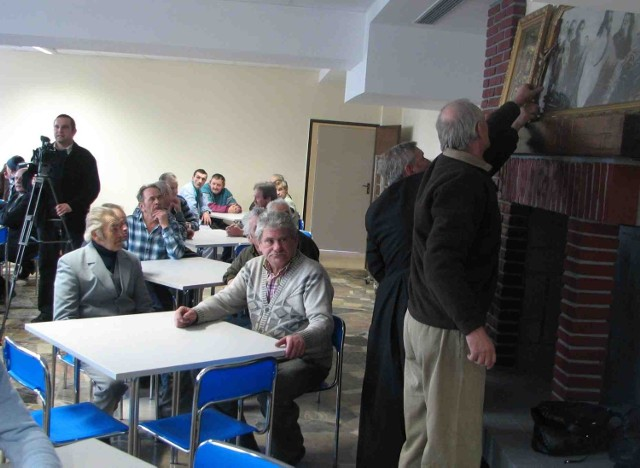 Wczoraj bezdomni umieścili w świetlicy nad kominkiem święte obrazy, które przenieśli ze starego ośrodka