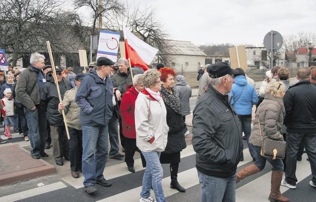 Przez dwie godziny mieszkańcy Ujścia blokowali drogę krajową nr 11. Domagali się budowy obwodnicy