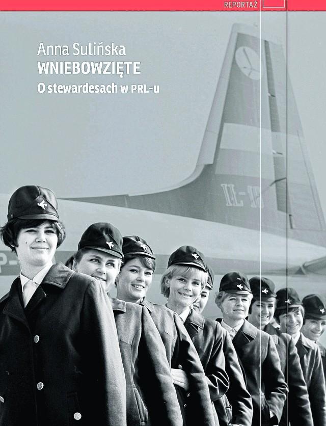 """Anna Sulińska postanowiła obalić krzywdzące stereotypy o stewardesach. """"Wniebowzięte"""" to nie tylko historie podróży po bogatych krajach czy opowieści o szmuglowaniu, ale przede wszystkim pokazanie trudów pracy, kłopotów z przestarzałym  sprzętem przeplatanych z chwilami odpoczynku i ekscytacją egzotycznymi, dla ówczesnego Polaka, miejscami. -Panie z którymi rozmawiam, a są już często po 70-tce, uważają że obecnie młodzi ludzie mają nudne życie. Pracują, uczą się inie doświadczają na co dzień zbyt wielu nowych, ekscytujących sytuacji. One wsiadając na pokład nie wiedziały jak wygląda Zachód, albo jak reagować w niektórych sytuacjach. To były bardzo młode dziewczyny, które przeżywały lata szalonej młodości - przyznaje autorka.   Zobacz też rozmowę z autorką: """"Dotknij stewardesy, będziesz miała szczęście"""""""