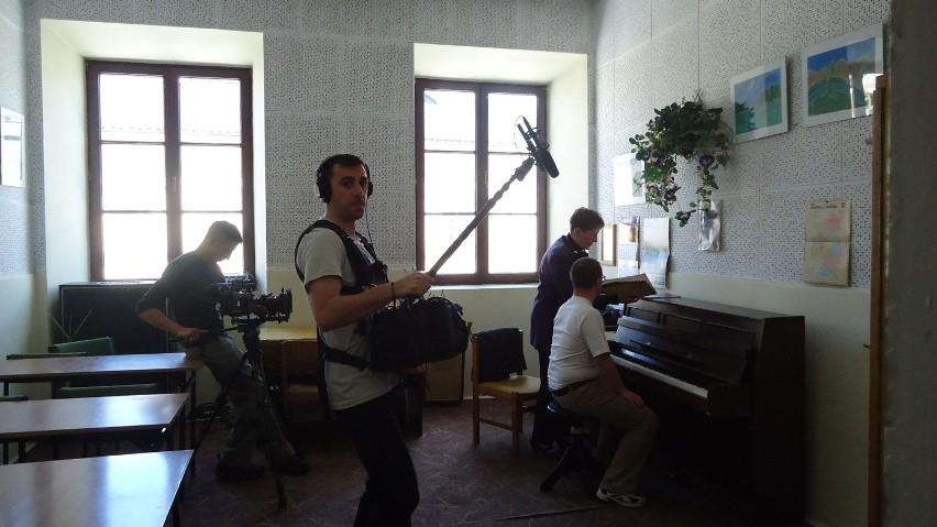 Ekipa filmowa rejestruje lekcję prowadzoną przez Danutę Warząchowską z Marcinem Miazgowskim w Szkole Muzycznej dla dzieci niepełnosprawnych, Na pierwszym planie dźwiękowiec Lorian Toth