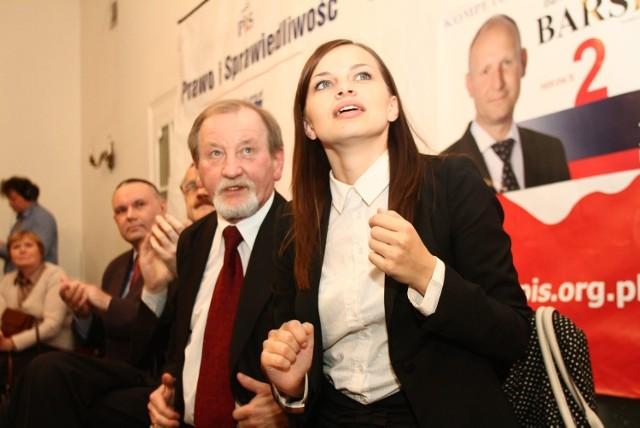 Bez Witolda Waszczykowskiego i Zbigniewa Ziobry, za to z Sylwią Ługowską łódzcy działacze Prawa i Sprawiedliwości wysłuchali pierwszych sondażowych wyników wyborów parlamentarnych.