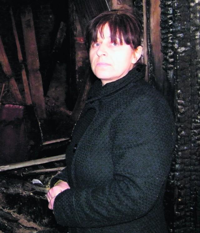 Zdzisława Jurka pokazuje swój doszczętnie spalony dom. Razem z mężem chcą go odbudować