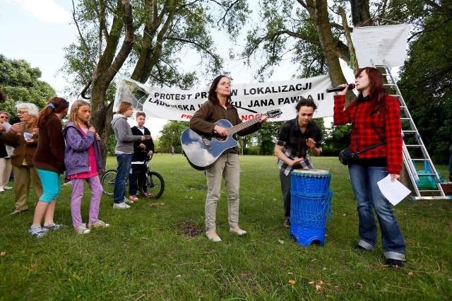 Ponad stu poznaniaków protestowało w sobotę przeciwko budowie lądowiska dla helikopterów w parku Jana Pawła II