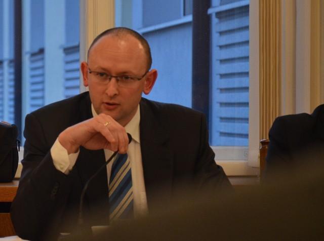 Radny, Łukasz Heckert zawnioskował, by kwotę 1 mln zł przeznaczoną na budowę kładki na ulicy Zamkowej, przekazać na działania mające na celu jak najszybsze usunięcie osadu gromadzonego na terenie przy oczyszczalni