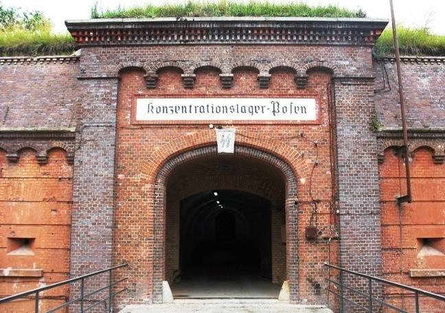 Nad wejściem do niemieckiego obozu koncentracyjnego zachował...