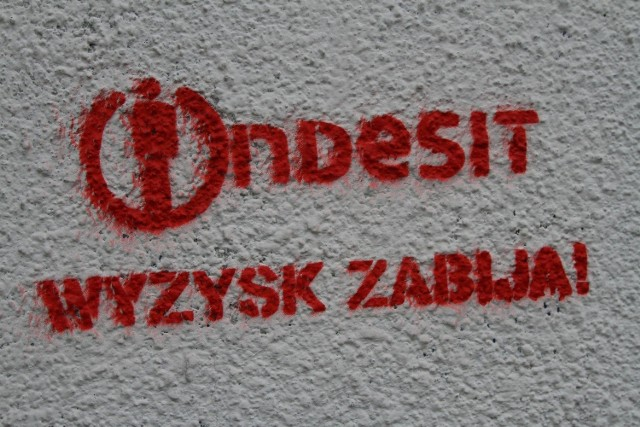 Ściany wielu kamienic zostały pokryte takim graffiti.