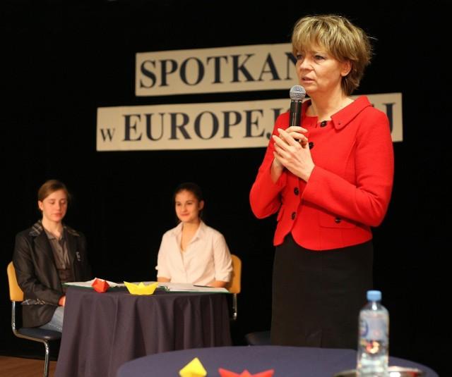 Hanna Zdanowska podczas debaty w Szkole Europejskiej