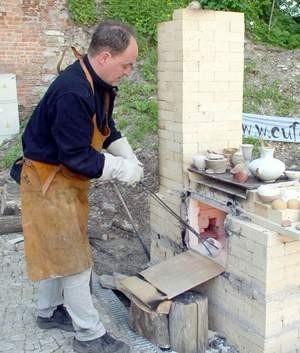 Gliniane naczynia wypalane są w temperaturze ponad 1000 st. C.  Fot. Wojciech Trzcionka