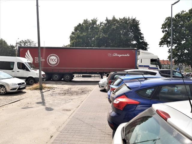 Kierowca ciężarówki całkowicie zablokował wyjazd z parkingu w centrum Goleniowa
