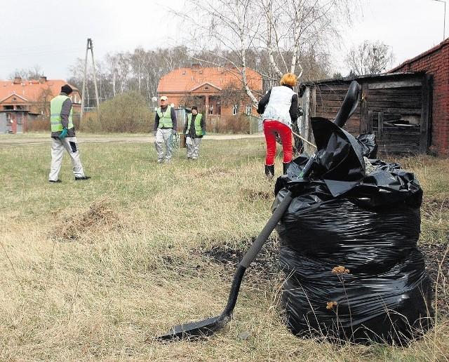 """Jest sposób na """"ucieczkę"""" przed eksmisją, przynajmniej na jakiś czas. Trzeba podjąć współpracę z MOPR i Centrum Integracji Społecznej przy ul. Dąbrowskiego, które podpisało umowę z ZKZL na sprzątanie miejskich terenów. Wczoraj grupa sprzątała  przy ul. Bukowskiej"""