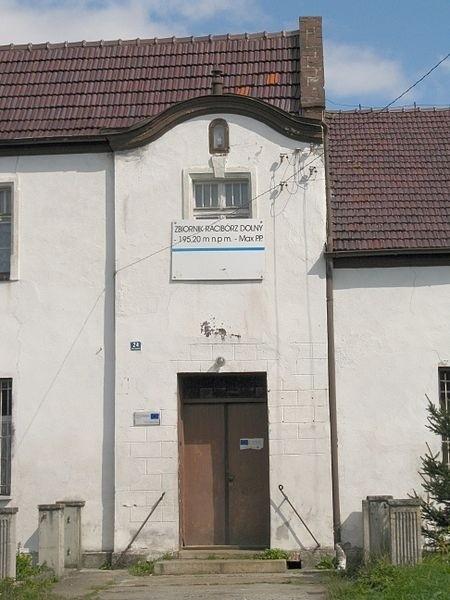 Dom w Lgocie Tworkowskiej. Zaznaczono na nim poziom wody, kiedy powstanie zbiornik
