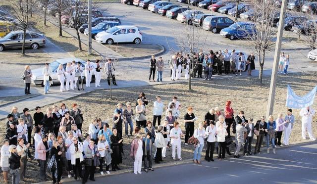 Ponad sto pielęgniarek pikietowało przed szpitalem w Koninie