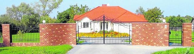 Klinkierowe ogrodzenie to tło dla zieleni - efektowne i gustowne, potrafi ożywić każdą architekturę krajobrazu