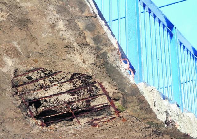 Dziurawa kładka na dworcu grozi katastrofą budowlaną