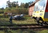 Powałki, gm. Chojnice. Wypadek na przejeździe kolejowym. Samochód zgasł i wjechał w niego pociąg