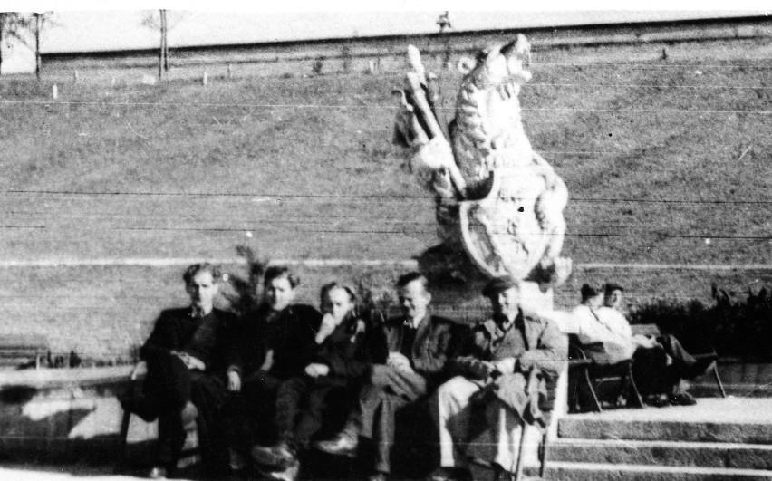 Figura niedźwiedzia pod zamkowymi schodami. Późne lata 50.