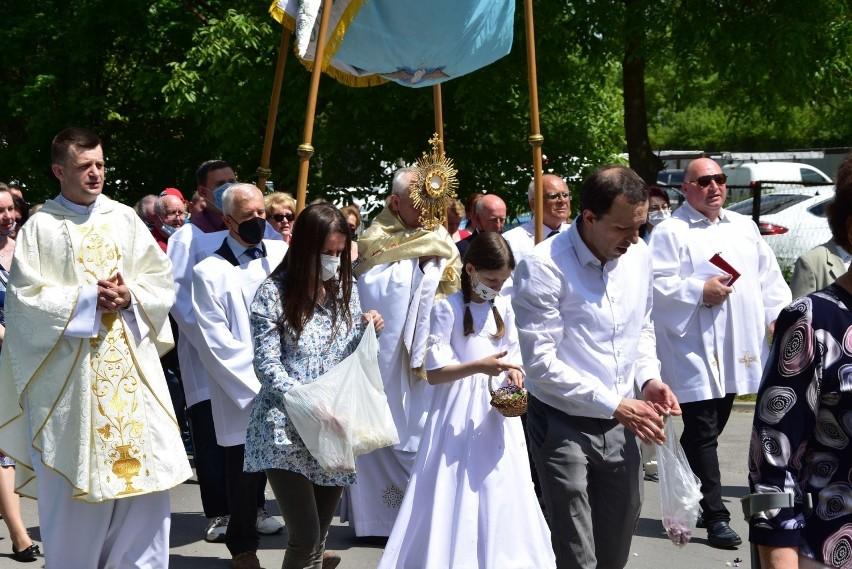 Tłumy wiernych uczestniczyły w procesji Bożego Ciała w...