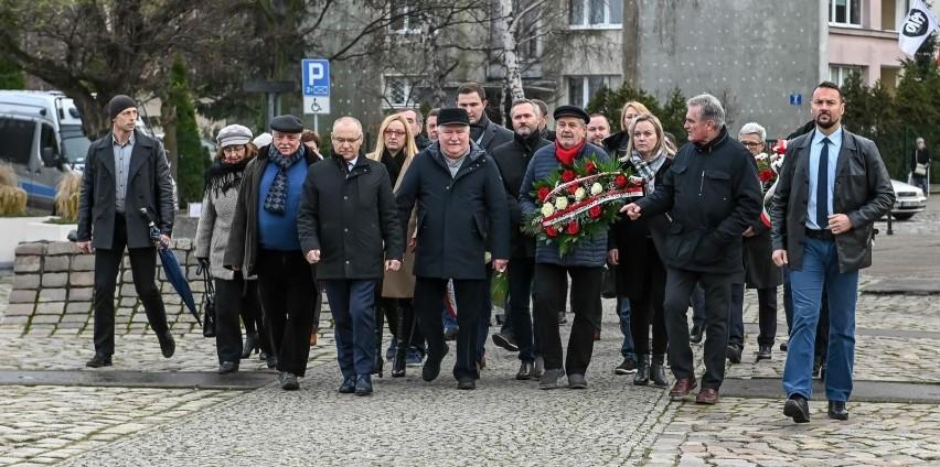 Uroczystości pod Pomnikiem Poległych Stoczniowców w 49. rocznicę wydarzeń grudniowych [ZDJĘCIA]