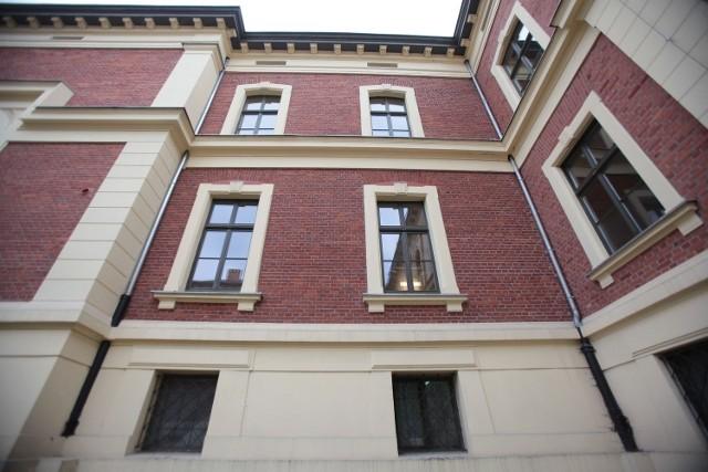 Kobieta wypadła z okna na pierwszym piętrze