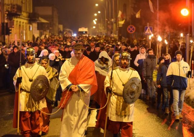 Setki mieszkańców Jarosławia uczestniczyło w drodze krzyżowej ulicami miasta. W modlitwach brali udział reprezentanci różnych zawodów. Nie zabrakło także lokalnych urzędników i polityków.