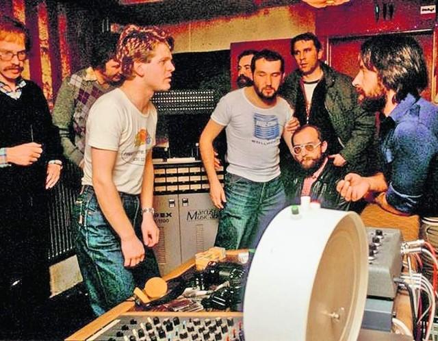 Kombi w sztokholmskim studiu. Od lewej planie: Waldemar Tkaczyk, Grzegorz Skawiński, Sławomir Łosowski (siedzi) i  Jerzy Piotrowski