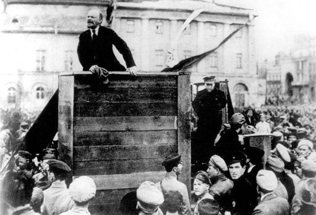 """Obrośnięty legendą """"szturm"""" na Pałac Zimowy bardziej przypominał zastosowanie rutynowego aresztu"""