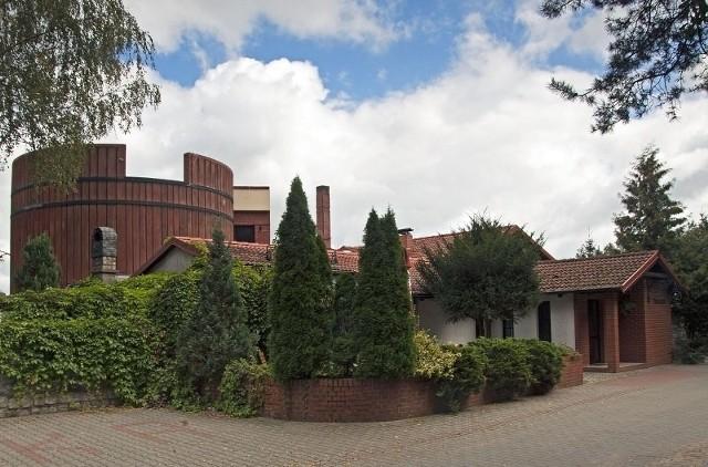Restauracja Poziomka i budynek minibrowaru w kształcie beczki.