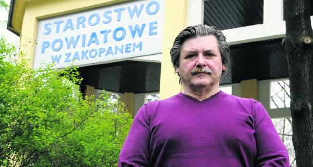 Marek Kozioł przed  budynkiem starostwa, o który trwa walka