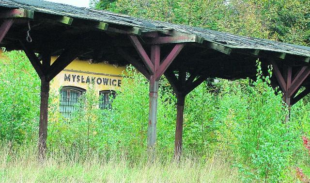 Dworzec w Mysłakowicach zarasta samosiejkami. Pociąg nie jechał tędy już od 7 lat