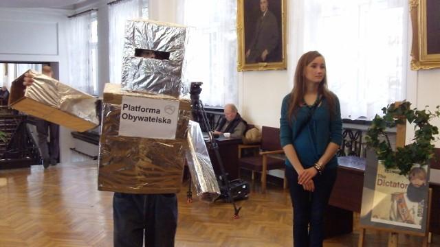 """Happening """"Maszynka do głosowania"""" w łódzkiej Radzie Miejskiej."""