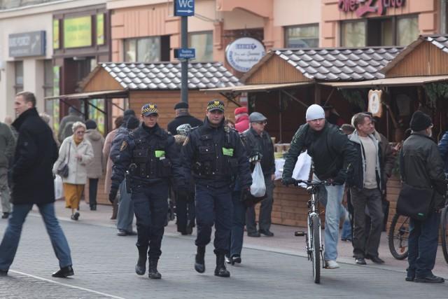 Straż miejska pilnuje grzańca na Piotrkowskiej