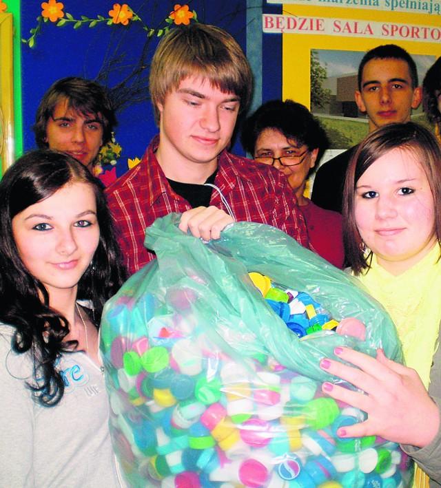 Młodzież z trzebińskiego ekonomika zebrała już ponad dziesięć kilogramów nakrętek