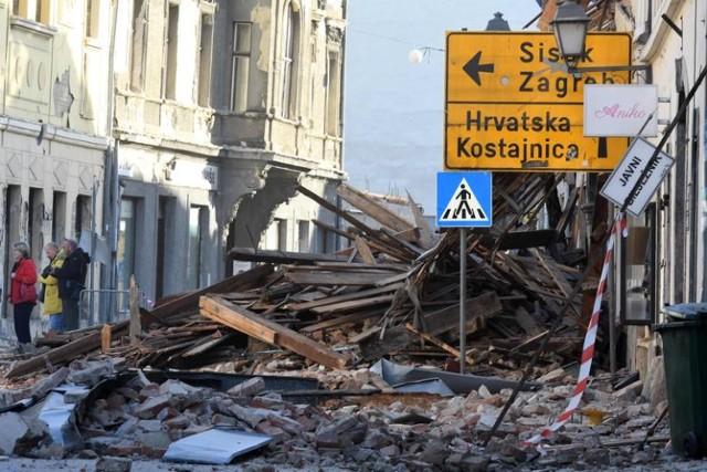 W trzęsieniu ziemi w Chorwacji (nastąpiło we wtorek, 29 grudnia) zginęło co najmniej siedem osób - jedna w Petrinji, 5 w miejscowości Majske Poljane  oraz jedna w Żażinie. Kilkadziesiąt osób jest rannych. Trzęsienie miało magnitudę 6,3, a epicentrum znajdowało się na południowy wschód od Zagrzebia, w okolicy miasta Petrinja.