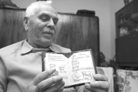 Major Michał Suszczewicz pokazuje dowód osobisty z miejscem urodzenia w ZSRR.