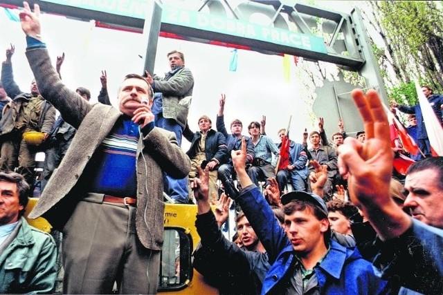 Ten gest wykonywany przez tego człowieka to symbol walki o wolność nie tylko w Polsce. Lech Wałęsa na czele gdańskich robotników w 1980 roku