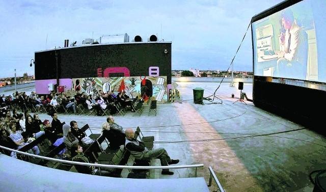 """18 czerwca odbył się pokaz próbny na dachu Renomy. Widzowie obejrzeli """"Obywatela Milka"""""""