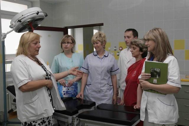 Hanna Szotowska (z lewej) podczas rozmowy z pielęgniarkami