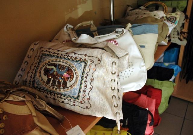 Torebki damskie: każdą nudną torebkę nawet same możemy zmienić w ciekawy dodatek