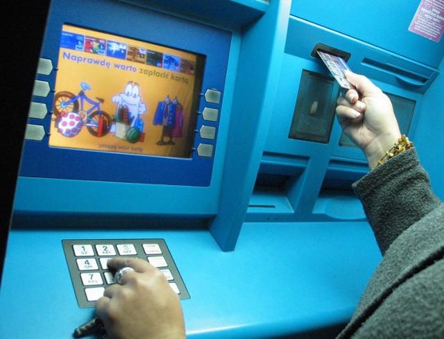 Uczciwe brodniczanki oddały gotówkę policjantom, a ci przekazali je z powrotem do banku.